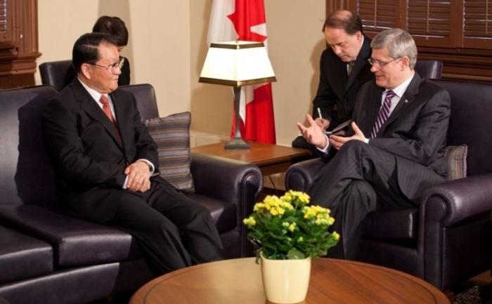 Prmeierul canadian Stephen Harper la întâlnirea cu şeful propagandei Partidului Comunist Chinez, Li Changchun în Ottawa