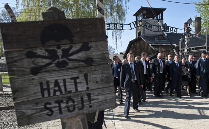 Premierul chinez Wen Jiabao (al treia din dreapta), vizitează fostul site nazist al lagărului morţii de la Auschwitz-Birkenau. Atunci când premierul Wen Jiabao a ales să ia cuvântul la Auschwitz, el s-a adresat de fapt poporului chinez.