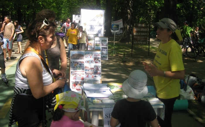 Bucuresteni semnand Petitia pentru oprirea persecutiei Falun Gong.
