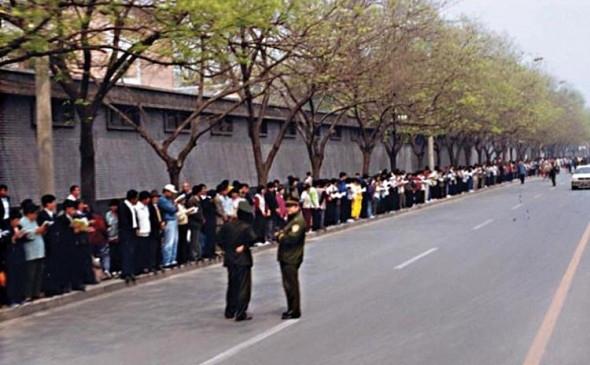 Practicanţi Falun Gong s-au adunat în linişte la Zhongnanhai pentru a apela paşnic pentru a fi trataţi drept, în aprilie 1999