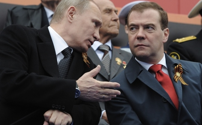Vladimir Putin împreună cu noul prim ministru al Rusiei, Dmitri Medvedev la Parada de Ziua Victoriei, 9 mai 2012, Moscova
