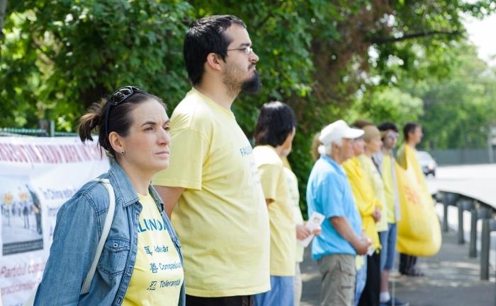 Practicanţi Falun Dafa cer încetarea persecuţiei practicii în cadrul unui protest paşnic organizat în faţa ambasadei Chinei din Bucureşti, 13 mai 2012.