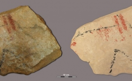 Fotografie (L) şi desen al unei siluete zoomorfe, pictată în roşu şi negru