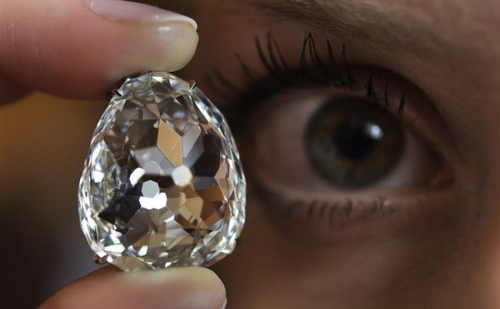 Diamantul Beau Sancy prezentat în timpul unei licitaţii la casa Sotheby's, Geneva, 10 mai 2012. Diamantul a fost cumpărat pentru 9 milioane de franci elveţieni pe 15 mai 2012.