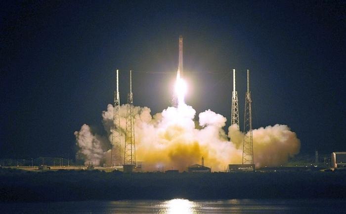 Racheta Falcon 9 a SpaceX, în dimineaţa zilei de 22, se îndreaptă spre spaţiu purtând nava spaţială Dragon, de la Cape Canaveral, Florida. Dragon va andoca la Staţia Spaţială Internaţională, în câteva zile.