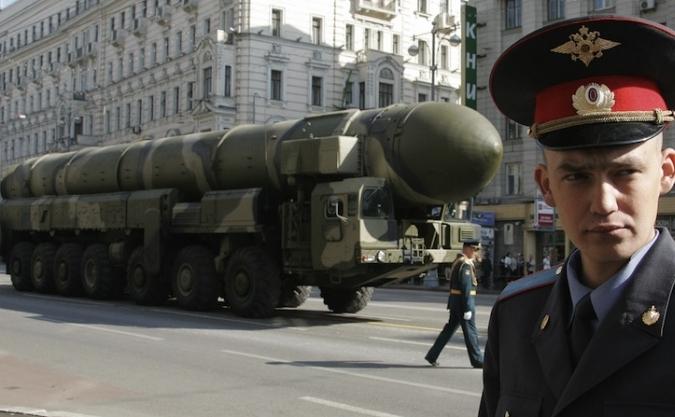 ICBM Topol-M pleacă din Piaţa Roşie în timpul unei repetiţii pentru parada de Ziua Victoriei, în Moscova, pe 5 mai, 2008.