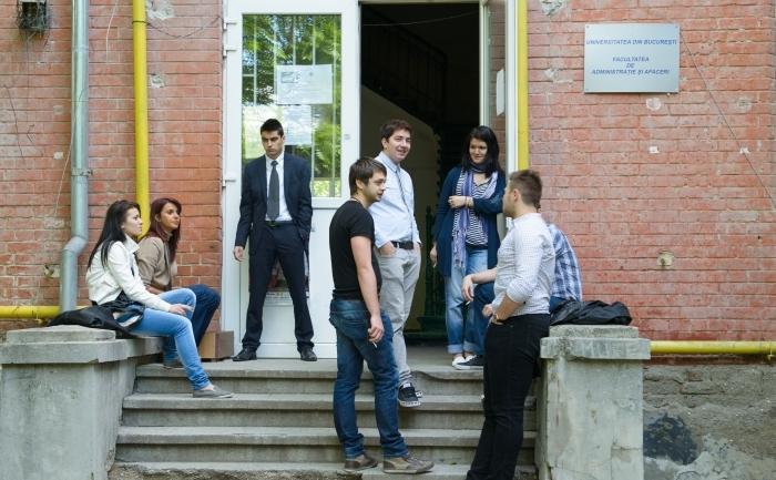 Studenţi la intrarea unei facultăţi