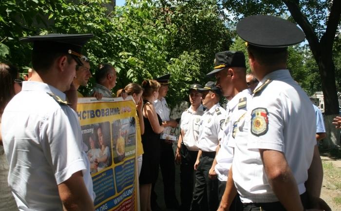 Practicanţii Falun Gong, Chisinău pe 19 iunie 2012 în faţa Ambasadei Chinei, unde au fost  întâlniţi de către aproximativ 30 de colaboratori ai poliţiei care le-au  înmânat dispoziţia Primarului mun. Chişinău, prin  care acţiunile lor au fost suspendate pe durata vizitei oficialului  chinez.