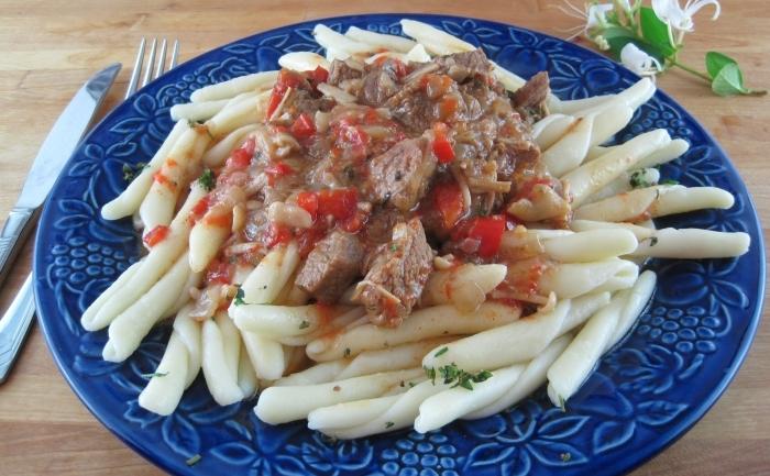 Paste cu sos de carne şi ciuperci