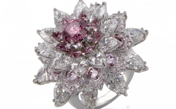 Inelul Shalimar, creat de designerul indian Nirav Modi în decurs de un an, este estimat la 2 milioane USD şi are un diamant roz de 1,25 carate, înconjurat de diamante mici, albe şi roz.