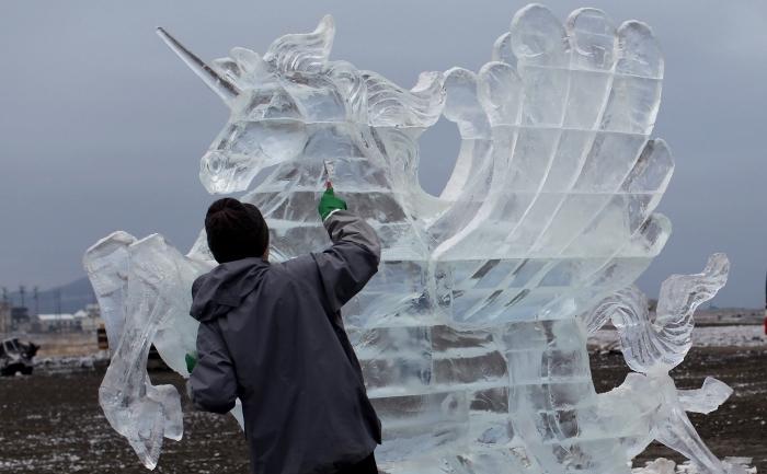 Un inorog sculptat din gheaţă realizat de un artist japonez.
