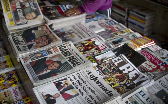 Presă străină la un stand de ziare.