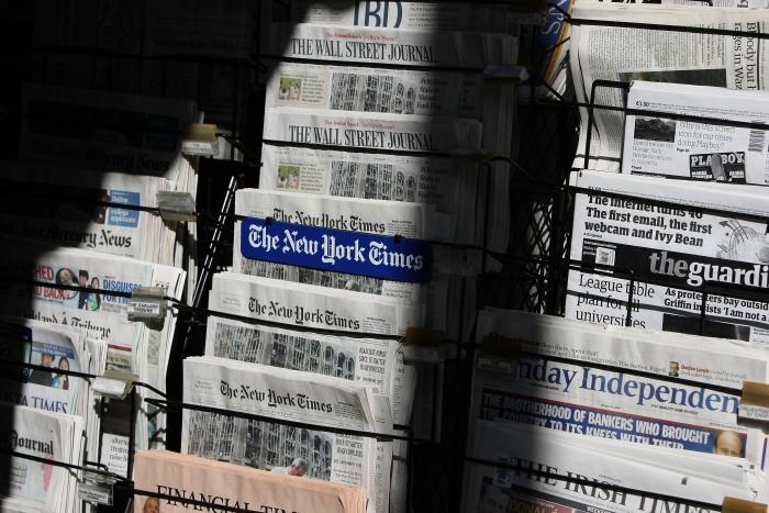Presă străină la un chioşc de ziare.