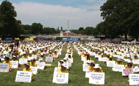 Pe peluza vestică a Capitoliului Statelor Unite peste 1.000 de practicanţi Falun Gong din întreaga lume s-au adunat pentru a marca împlinirea a 13 ani de la începerea persecuţiei Falun Gong condusă de Partidul Comunist Chinez