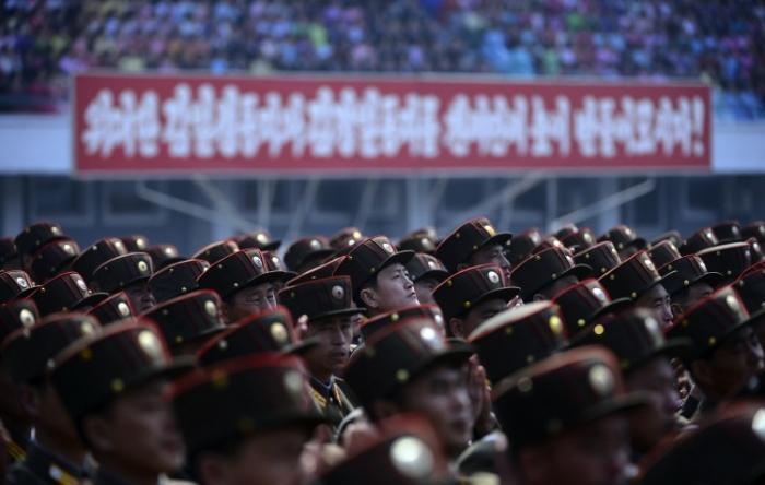 Soldaţii nord-coreeni ascultă un discurs în timpul unei ceremonii oficiale la care au participat liderul Kim Jong-Un, pe un stadion din Phenian pe 14 aprilie, 2012.