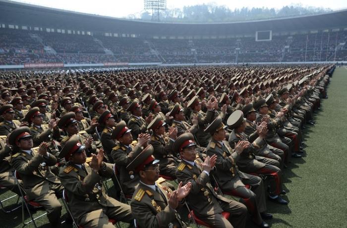 Ofiţeri nord coreeni aplaudând la comandă cu ocazia unei cuvântări a noului lider nord coreean Jong Un, Phenian, aprilie 2012