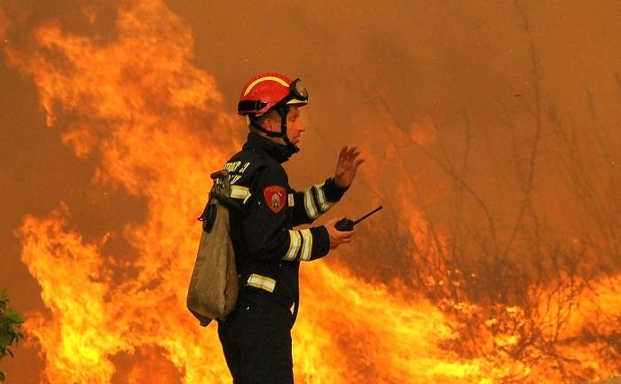 Un pompier şi-a pierdut viaţa, iar peste 1.500 de turişti au fost evacuaţi în urma unui incendiu de vegetaţie din Croaţia.