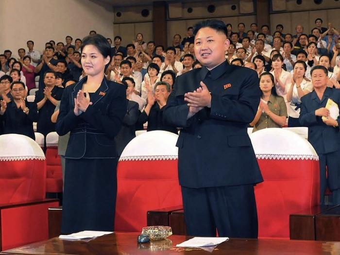 Liderul comunist Kim Jong Un, acompaniat de o femeie tânără la un spectacol pe 6 iulie în Phenian. Pe 25 iulie agenţia de ştiri coreană a declarat că Jong ar fi însurat, dar identitatea soţiei sale rămâne un mister