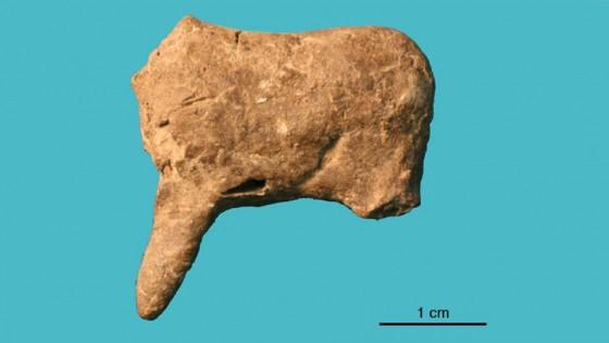 Un membru şi un trunchi al unui patruped, probabil un cerb sau cal - parte din seria de 36 de obiecte ceramice descoperite la Vela Spila, Croatia.