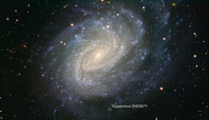 Galaxia NGC 1187 a trecut prin două explozii de supernove în ultimii 30 de ani, cea mai recentă în 2007 - încă vizibilă în imagine şi marcată cu un cerc