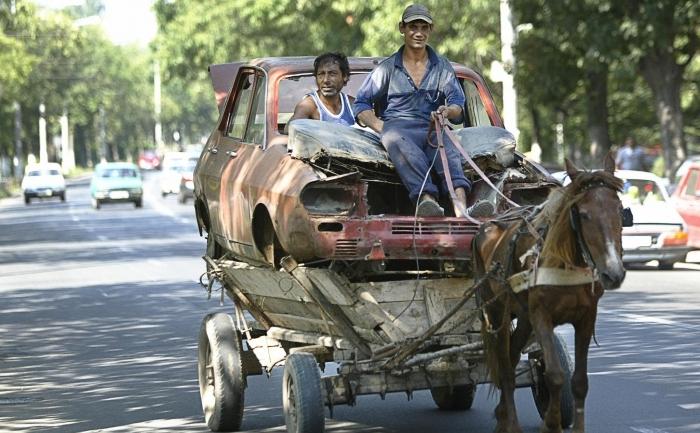Transportul deşeurilor cu căruţa în apropiere de Bucureşti
