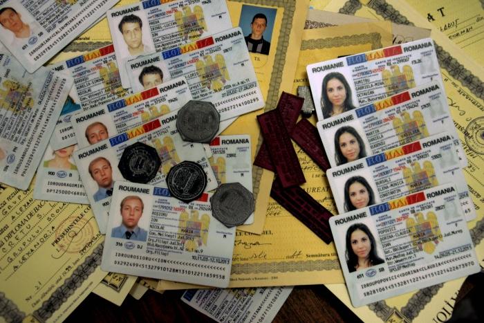Diplome, acte de identitate şi ştampile falsificate
