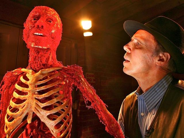 Profesorul Gunther von Hagens, lângă unul dintre corpurile sale plastinate, înainte de lansarea expoziţiei din 21 februarie 2008, Manchester, Marea Britanie.