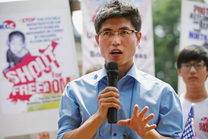 Refugiatul nord corean Shin Dong-hyuk ăn faţa Casei Albe, Washington, DC, 10 iulie 2012