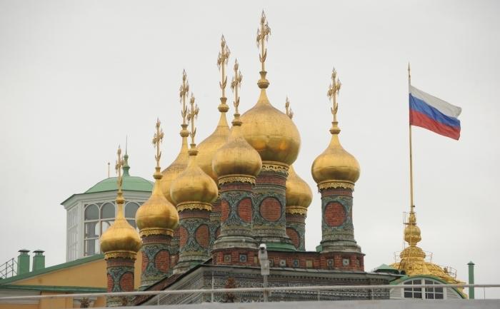 Cupolele aurite ale catedralelor Kremlinului întâmpină turiştii din Moscova.