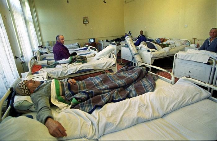 Bolnavi în paturi la spital