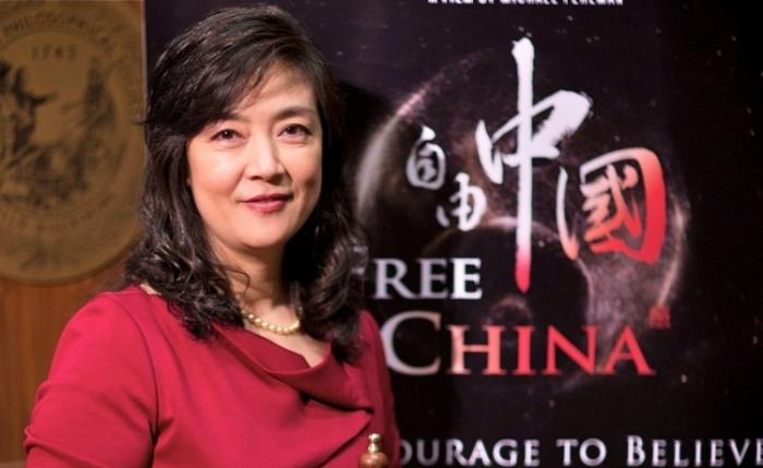 """Jennifer Zeng la ceremonia de premiere a Festivalului de Film Free Speech, 12 mai, Philadelphia. Filmul """"Free China"""" descriind povestea persecuţiei suferite de dna. Zeng a primit cea mai înaltă distincţie."""
