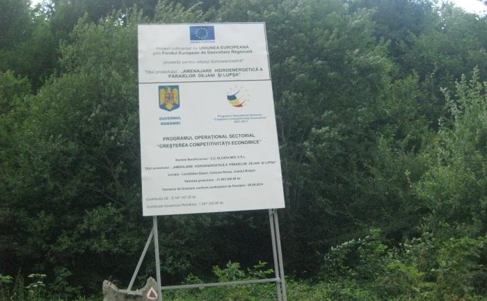 Panou care anunţă un proiect cu construirea unei microhidrocentrale pe un râu din Făgăraş