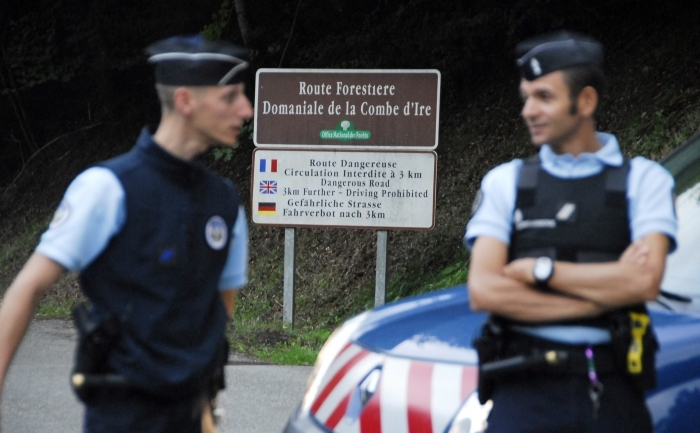Poliţia franceză în apropierea lacului Annecy din Franţa, locul unde au fost găsite cele patru persoane ucise.