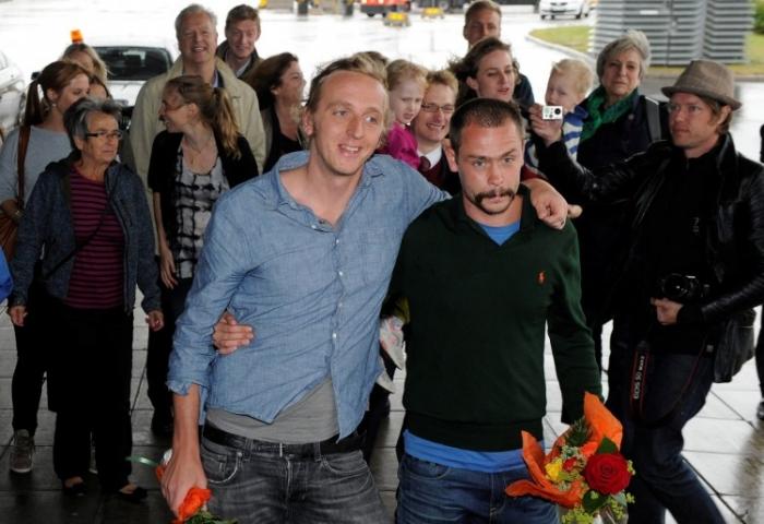 Reporterii suedezi, Martin Schibbye (stânga) şi Johan Persson la sosirea pe Aeroportul Arlanda din Stockholm, pe 14 septembrie.