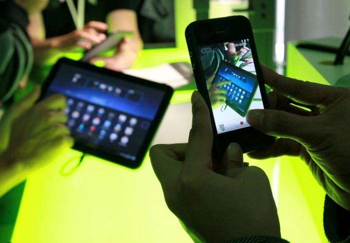Produsele Android sunt expuse în California. Google şi o companie chineză, Alibaba, sunt în mijlocul unui conflict public