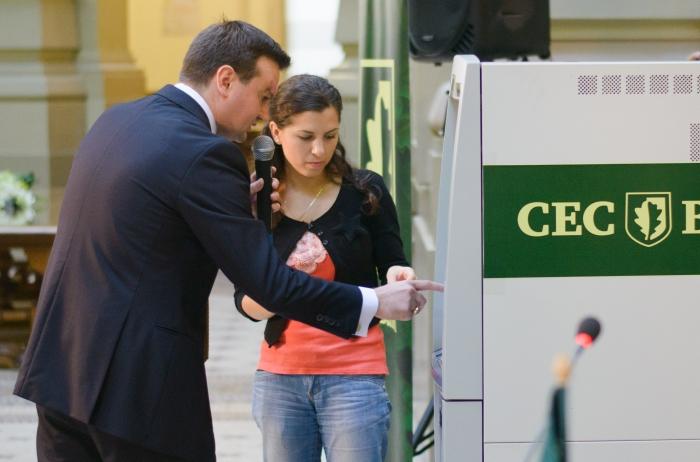 Andrei Stamatian, prim-vicepreşedinte al CEC Bank, prezintă noua facilitate de transfer de bani, 18 septembrie 2012