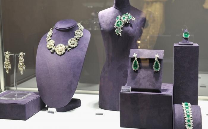 Bijuterii ce au aparţinut actriţei Elizabeth Taylor expuse cu ocazia licitaţiei de la Christie's, New York, decembrie 2011.