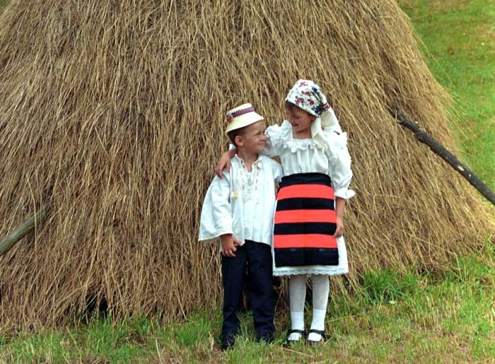 Copii în costume populare româneşti.