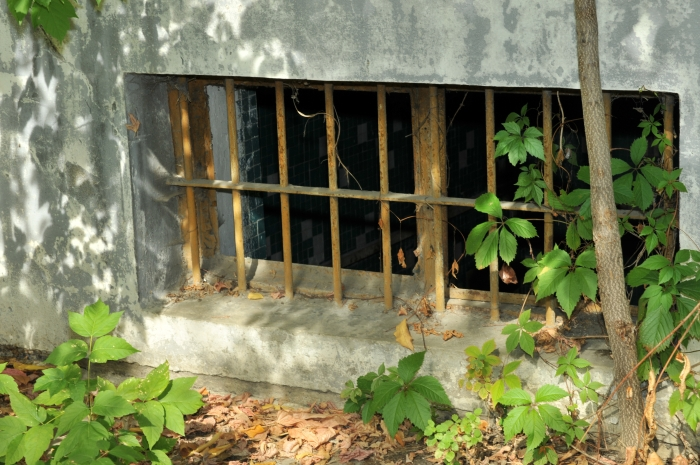 Geamul cu zăbrele al unei celule din închisoarea de la Piteşti