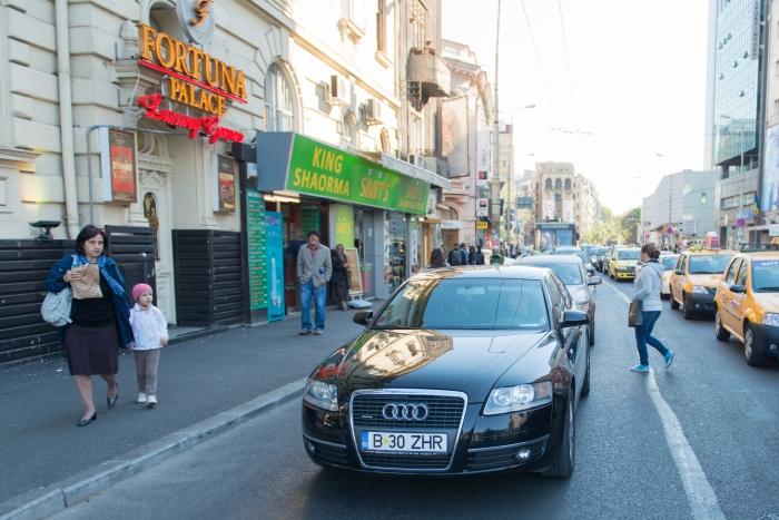 Maşini pe o stradă în centrul Bucureştiului