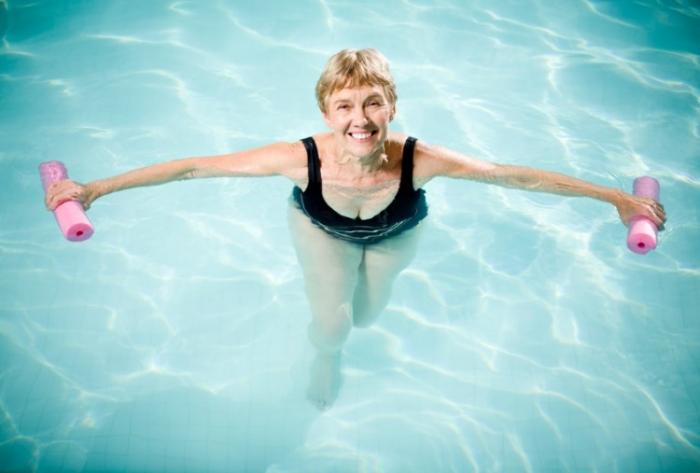 Ce beneficii are înotul în piscină sau în apa mării