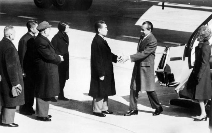 Premierul chinez Zhou Enlai întâmpinând-ul pe Richard Nixon în timpul vizitei acestuia la Beijing, 21 februarie 1972. Richard Nixon a jucat cartea Chinei pentru a câştiga un avantaj asupra Uniunii Sovietice