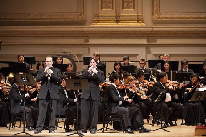 Kaspar Märtig (D, trompetă), Alexander Wilson (S, trompetă) împreună cu orhestra Shen Yun Symphony Orchestra cântând Antonio Vivaldi la Carnegie Hall, 28 octombrie 2012