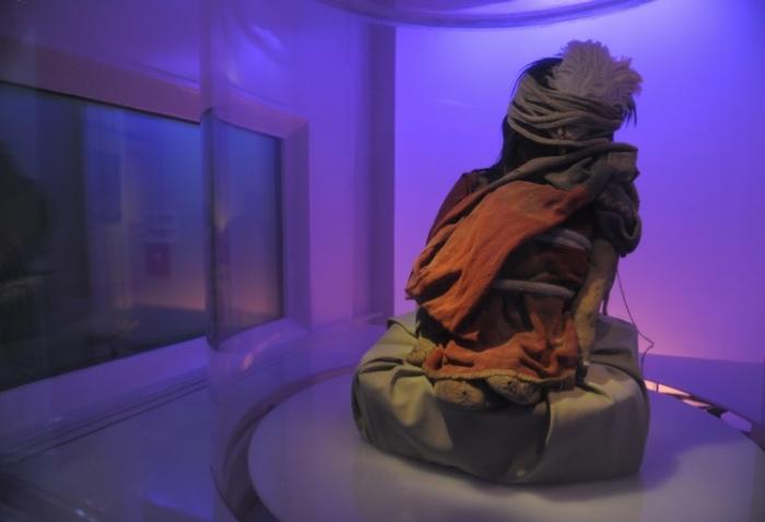 """Mumia (intitulată """"Băiatul""""), unui băiat incaş de 7 ani la Muzeul de Arheologie din Salta. Marţi Bolivia a înapoiat mumia statului peruan de unde fusese furată"""