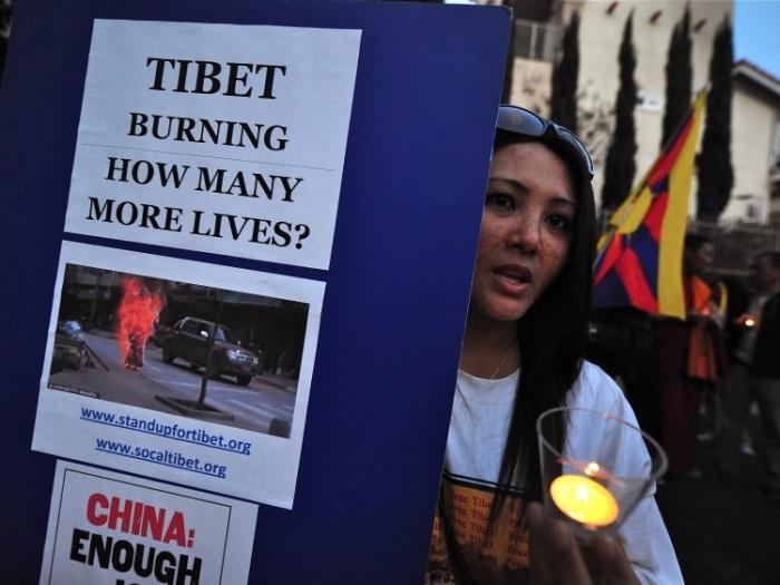 Suporteri tibetani ai organizaţiei 'Free Tibet' la un priveghi cu lumănări în faţa cosulatului chinez din Los Angeles, martie 2012