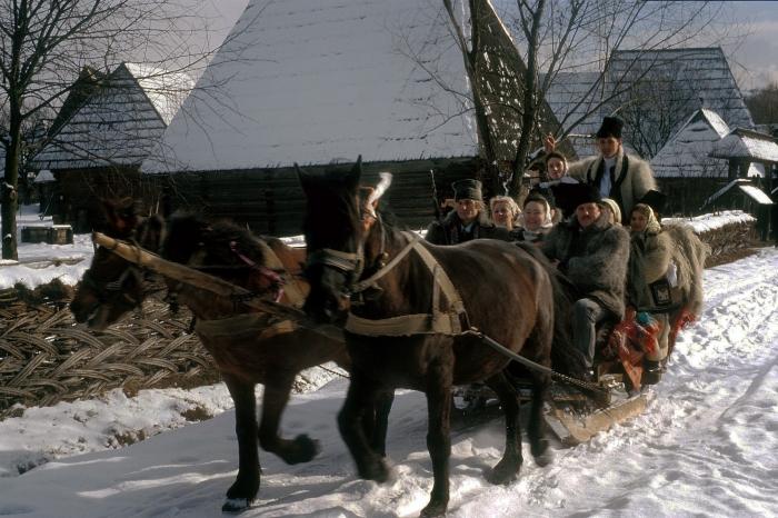 Datini şi obiceiuri de iarnă la români. Copii colindând