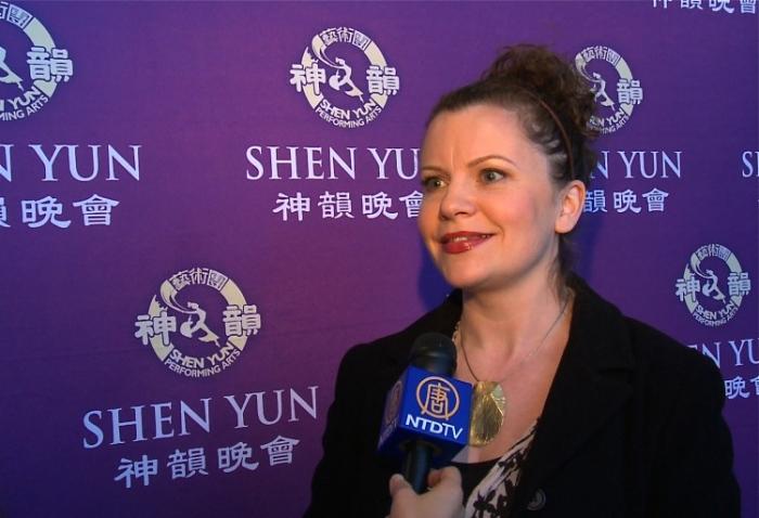 Multipla laureată pentru design grafic, Amy Morrison, a afirmat că dansatorii Shen Yun au fost incredibili, după spectacolul jucat cu casa închisă sâmbătă după-amiază, la Living Arts Centre în Mississauga