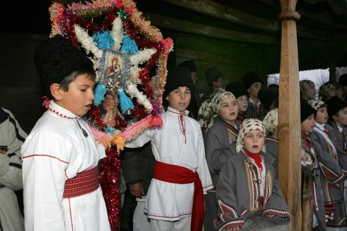 Datini şi obiceiuri la români cu prilejul Sărbătorilor de iarnă
