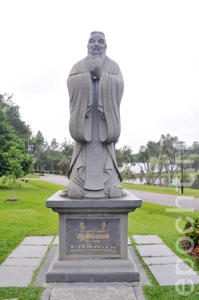 O statuie ce îl reprezintă pe Confucius.