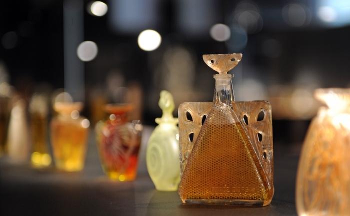 Sticle de parfum create de celebrul sticlar francez Rene Lalique.